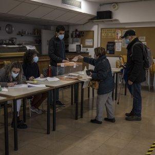 Elecciones 14-F Votaciones Colegio electoral mesa Covid-19 coronavirus Plaça Poble Romaní - Sergi Alcazar