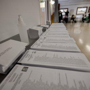 Papeletas votos Elecciones 14-F Votaciones Colegio electoral mesa Covid-19 coronavirus Plaça Poble Romaní - Sergi Alcazar
