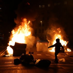 Manifestación Pablo Hasel Barcelona Contenedores Fuego barricadas - Sergi Alcàzar