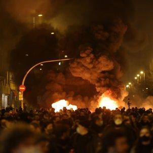 manifestación Pablo Hasel Paseo Gràcia Barcelona Fuego - Sergi Alcàzar