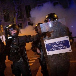 Efectivos policiales en la manifestación de protesta por la detención del rapero Pablo Hasel mossos barcelona /EFE