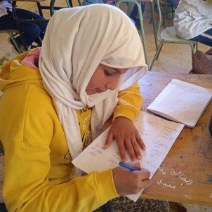 EuropaPress 3575583 nina refugiada saharaui firma carta dirigida joe biden