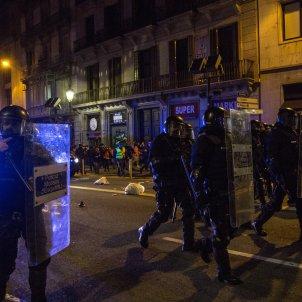 Manifestació protesta Pablo Hasél 5a quinta noche violencia via laietana mossos brimo escudos mossos policia - Sergi Rugrand