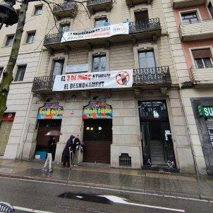 entrada residencia Nostra Senyora de Meritxell de Barcelona, amenazada de desahucio / Xarxa d'Habitatge de l'Esquerra de l'Eixample