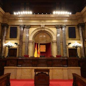 Hemiciclo vacío Parlament Mesa escons escaños Presidencia Parlamento de cataluña - Sergi Alcàzar