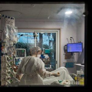 Infermera atiende un enfermo de Covid en la UCI en el Hospital  Neuilly-sur-Seine cerca de Paris / EFE
