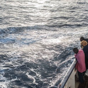 EuropaPress refugiados migrantes miran borda mediterraneo borda open arms rescate