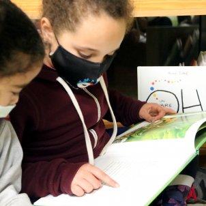 Escuela Educación niña lee inmersión lingüística / ACN