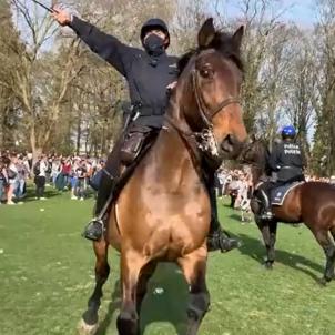 Bruselas policia desalojo cargas restricciones covid LN24
