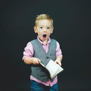 Niño cuaderno