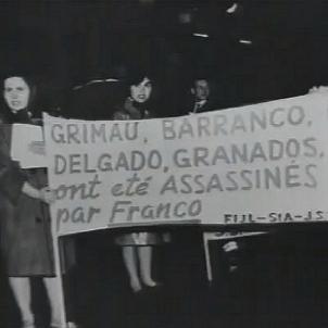 El regim franquista afusella el controvertit Grimau. Protesta a París contra l'afusellament de Grimau. Font Wikimedia Commons