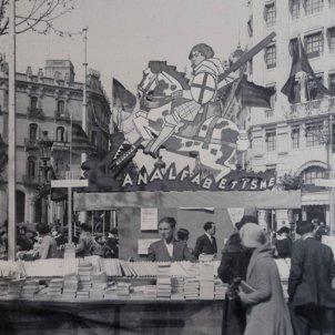 Parada de la Llibreria Catalònia, d'Antoni López Llausàs, la Diada de Sant Jordi de 1932/Gabriel Casas