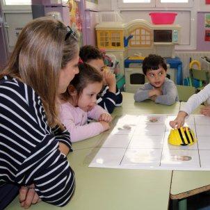 Una mestra i els seus alumnes en una classe d'infantil / ACN