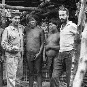 L'explorador Felix Cardona surt a la recerca de les fonts de l'Orinoco. Cardona amb indigenes. Font Arxiu Municipal de Malgrat de Mar. Fons Felix Cardona