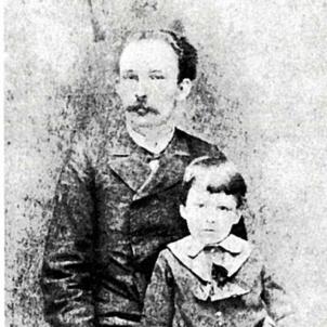 L'exèrcit colonial espanyol assassina José Martí, pare de la pàtria cubana. José Martí i el seu fill (1885). Font Secretaria de Instruccion y Bellas Artes, Ministerio de Cultura. Cuba