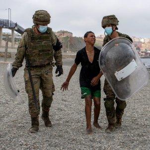 Soldados españoles Ceuta niño EFE