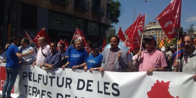 Els carrers de Barcelona es tenyeixen de blau en defensa de l'Ebre