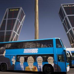 El Tramabús de Podemos ante las torres KIO de Madrid / EFE