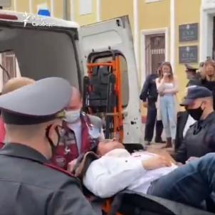 opositor bielorruso se degolla en un juicio / captura video