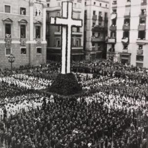 Passegen els liders de les joventuts feixistes italianes per Barcelona. Demostració nacional católica a Barcelona. Font Ajuntament de Barcelona