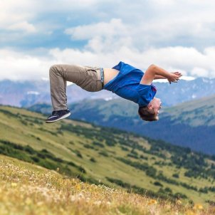 acrobacia salto mortal joven pixabay
