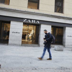 EuropaPress 3429899 persona pasa lado primer local zara abrio capital junto puerta sol madrid