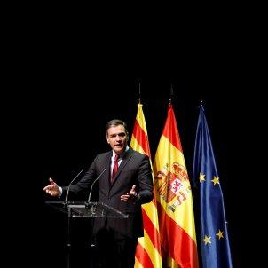 Protestes Liceu, president Pedro Sánchez parlant en el Liceu amb banderes de fons   EFE