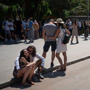 EuropaPress 3808380 pareja abraza mascarilla delante sagrada familia primer dia no obligado uso