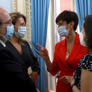 La ministra de Política Territorial, Isabel Rodríguez, conversa con el ministro de Cultura y Deportes Miquel Iceta    EFE