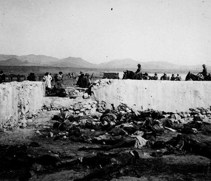 Cadàvers de soldats espanyols a Annual (gener, 1922). Passats sis mesos els cossos encara no han estat recollits i enterrats. Font Wikimedia Commons