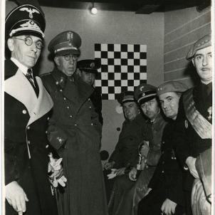 Els regim franquista converteix les txeques en atractius turístics. Himmler visita la txeca del carrer Vallmajor. Font Fons Perez de Rozas