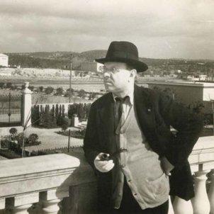 Pau Casals fumant una pipa al mirador de la casa de Sant Salvador C 1934 Fons Pau Casals