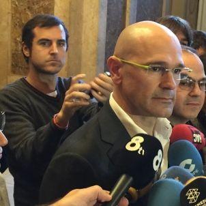Romeva, a la roda de premsa als passadissos del Parlament/QS