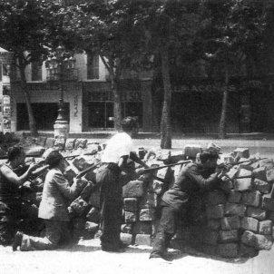 Fets de Maig. Barricada a l'Eixample. Wikimedia commons