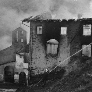 Un incendi destrueix el santuari vell de Meritxell. Imatge de l'incendi. Font Bombers d'Andorra (1)