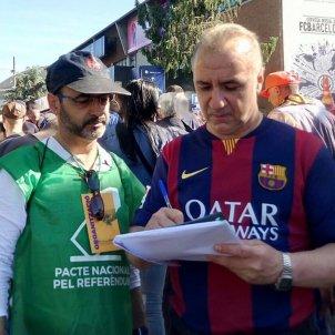 Un aficionat culer s'adhereix al Pacte pel referèndum al Camp Nou   ACN