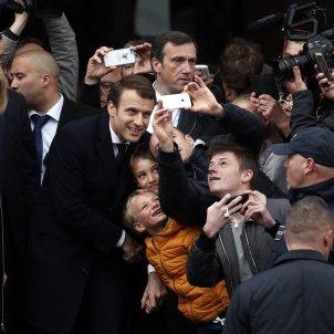 Macron rebut per una multitud al col·legi electoral