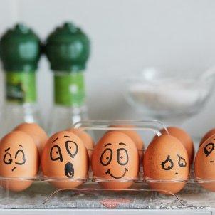 huevos pintados caras emociones unsplash