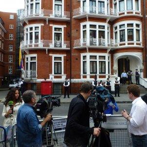 Assange ambaixada equador a l'espera advocats Nick Hidder CC BY SA 2.0