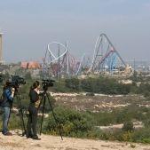 Càmeres de televisió prenen imatges dels terrenys que ocuparà el complex BCN World - Efe