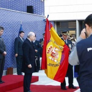 El Ministre Fernández Díaz, al temps de lliurar la bandera/QS