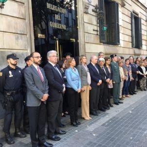 Una imatge del minut de silenci davant la delegació del govern espanyol  pels atemptats de París/QS