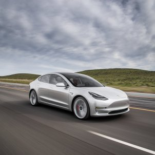 2017 Tesla Model 3 front three quarter in motion 02 (1)