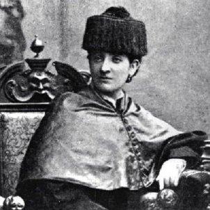 Neix Martina Castells, la primera dona doctorada en medicina. La Dra. Castells amb la toga doctoral. Font Viquipèdia