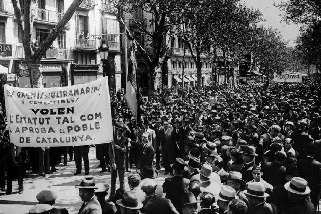 S'aprova en referèndum l'estatut republicà de 1932. Manifestació en suport a l'Estatut. Font Wikimedia Commons