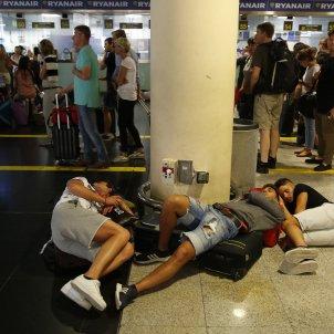 Vaga Eulen Aeroport Prat dormint T2- Sergi Alcàzar