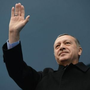Erdogan saluda mà dreta març 2014 (Resmi Hesabi) 2400px