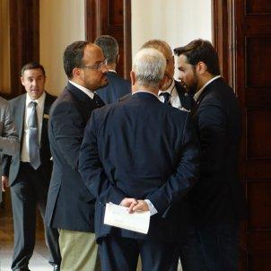 De Páramo, Fernández, entre d'altres diputats reunits als passadissos del Parlament / Roberto Lázaro