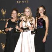 Las actrices Ann Dowd, Elisabeth Moss y Alexis Bledel posan con con tres de los Emmy por 'The Handmaid's Tale' / EFE