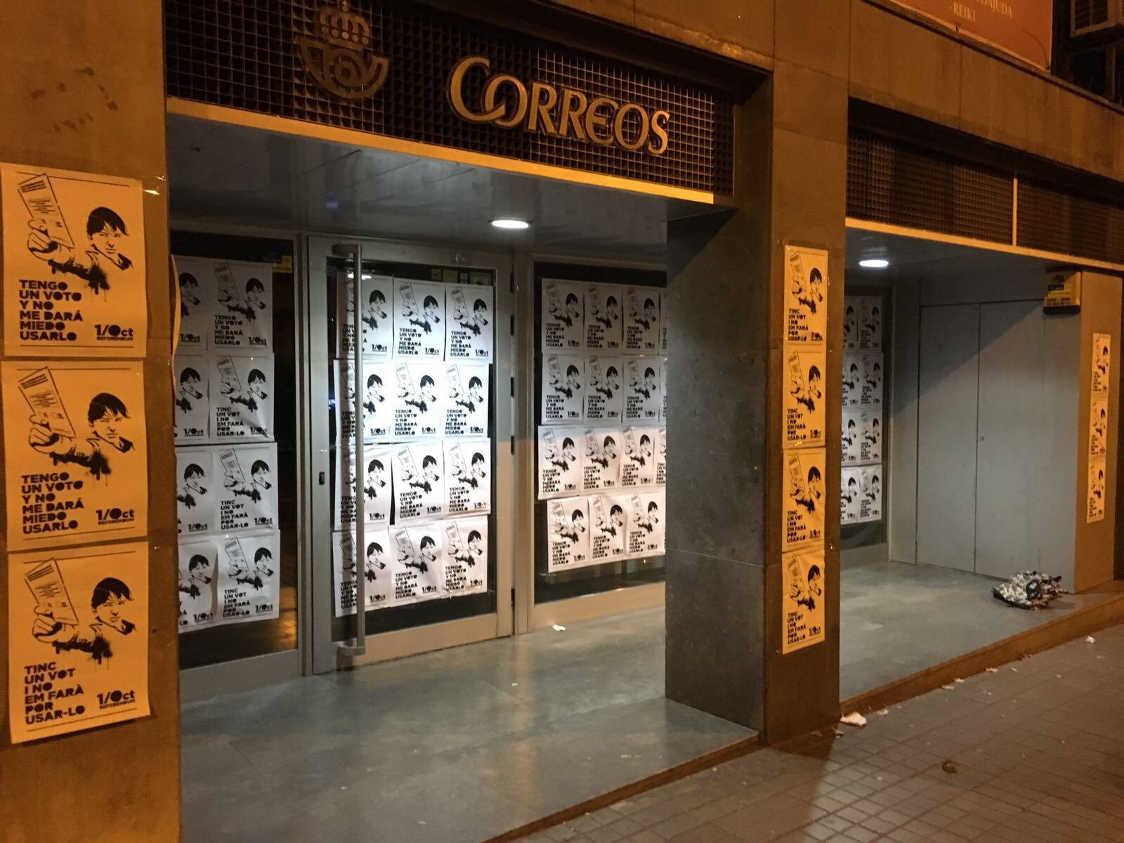 Moltes merc s vuelve a empapelar una oficina de correos for Oficina correos barcelona
